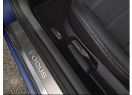 Ford-Focus-2004-2011-instaplijsten-rvs-met-verzonken-Focus-logo-1696412